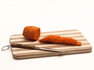 Нарезанная морковь на разделочной доске