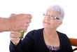 3eme âge - Dame agée acceptant un verre d'eau