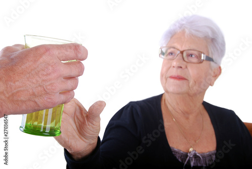 3eme âge - Donner à boire à une dame agée 01