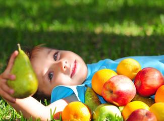 Kind mit Obst