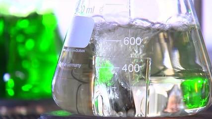 Kolben mit Flüssigkeit im Labor