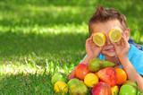 Fototapety Kind mit Obst