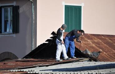 Operai su un tetto