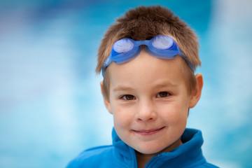 Junge beim Schwimmtraining