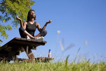 ragazza africana che si rilassa facendo yoga