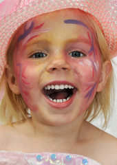 Kleines Mädchen im Kinder-Karneval