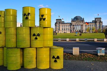 Atomfässer vor dem Reichstagsgebäude