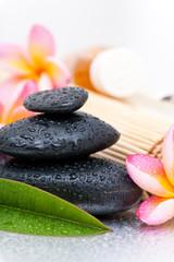 Concept spa avec galets zen et fleurs de frangipanier