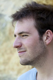 jeune homme heureux content malice sourire masculin profil poster