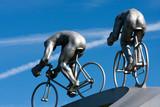 Deux cyclistes et de leur musculature, de dos, sculpture poster