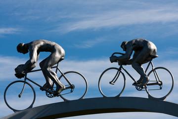 Deux cyclistes en plein effort, détail d'une sculpture