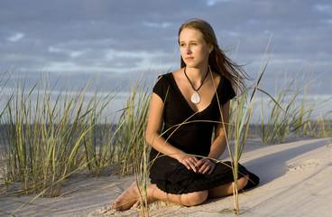 Młoda piękna kobieta na plaży
