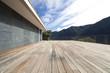 grande terrazza in legno, nessuno in giro