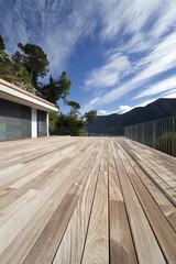 grande terrazza in legno, teck, di casa moderna e lussuosa