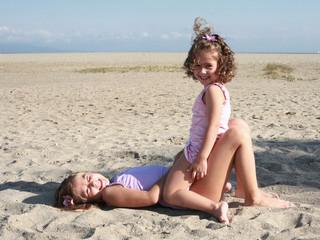bambine in riva al mare