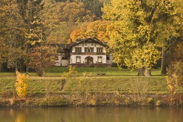 Hütte im Herbstwald
