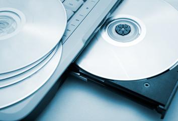 plano cerrado de ordenador portatil con cd y dvd