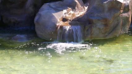 Cascada pequeña de agua