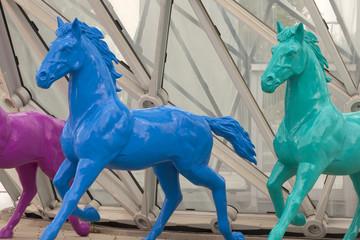 Cavalli di plastica