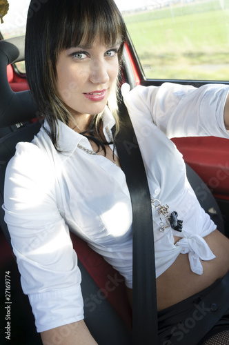 Sexy Teenager Mädchen fährt im Auto