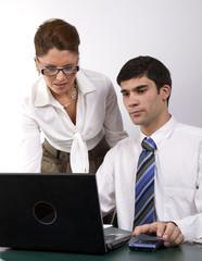 Jóvenes ejecutivos trabajando con portátil