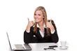 junge frau mit motivierender mimik im büro