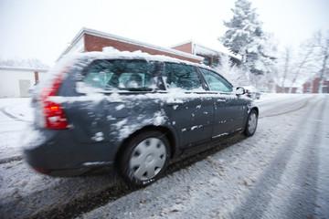 Auto auf Schneematsch