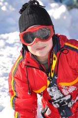 sport d'hiver portrait enfant garçon joyeux au ski