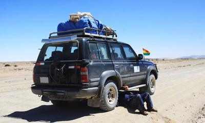 riparare una jeep nel deserto boliviano