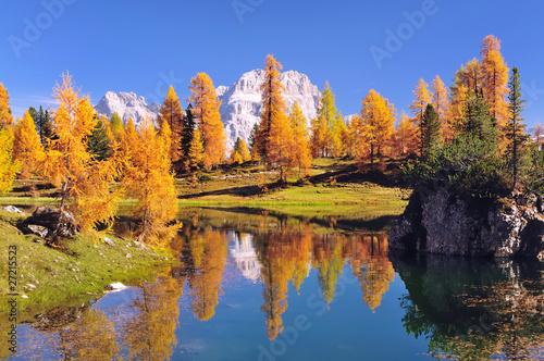 Spiegelung im Bergsee in den Dolomiten