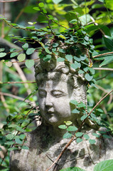 Figur Tempelgarten Rankenpflanze