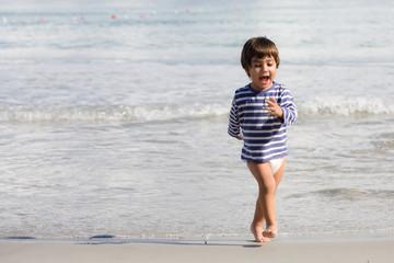 bambino che corre sulla riva