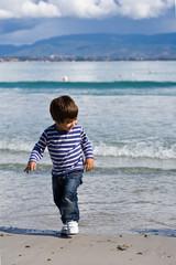 bambino in riva al mare