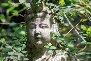 asiatische Figur im Garten verwunschen