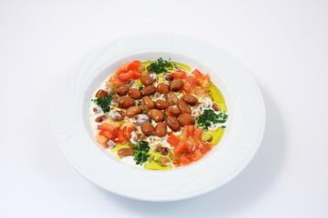 piatto di fagioli e verdure in yogurt della cucina araba