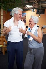 Zwei Senioren im Fitnesscenter