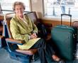 femme retraitée souriante dans un train