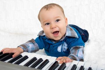 Junge mit Keyboard