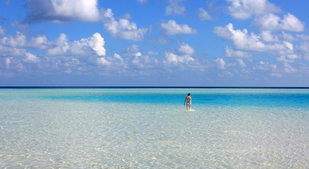 baigneuse dans un lagon bleu des îles maldives