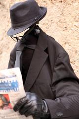 uomo senza testa che legge il giornale