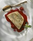 Fototapety Nougat glacé au coulis de fruit rouge