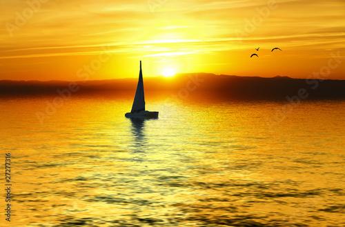 łódź o zachodzie słońca