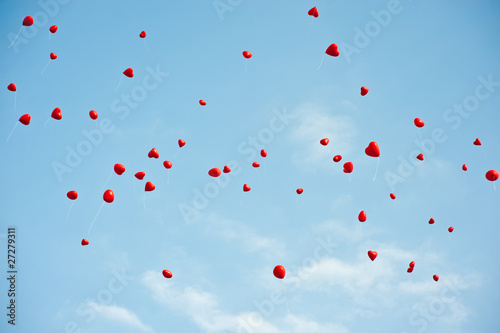 rote herzen fliegen zum himmel - 27279311