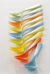 Cuillères en plastique colorées