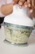 Hacher les haricots de soja avec les herbes au mixer