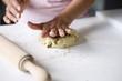Aplatir les boules de pâte de haricots de soja à la main