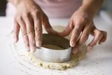 Couper des ronds de pâte de haricots de soja à l'emporte-pièce