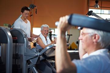 Fitnesstrainer betreut Senioren
