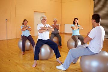 Fitnessübungen auf Gymnastikbällen
