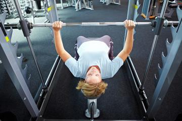 Gewichtheben im Fitnesscenter